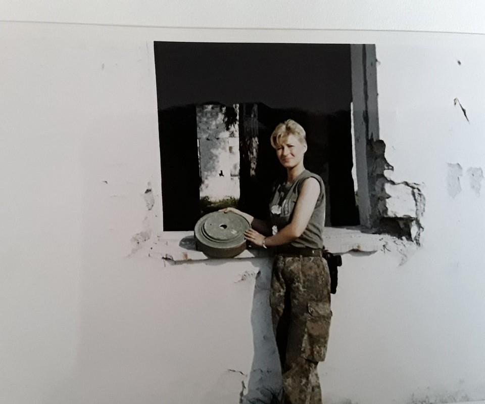 """Uta Paproth Albanien 1999 in der Nähe von Berat """" Beim Aufbau des Lagers gefundenen Mienenreste"""""""