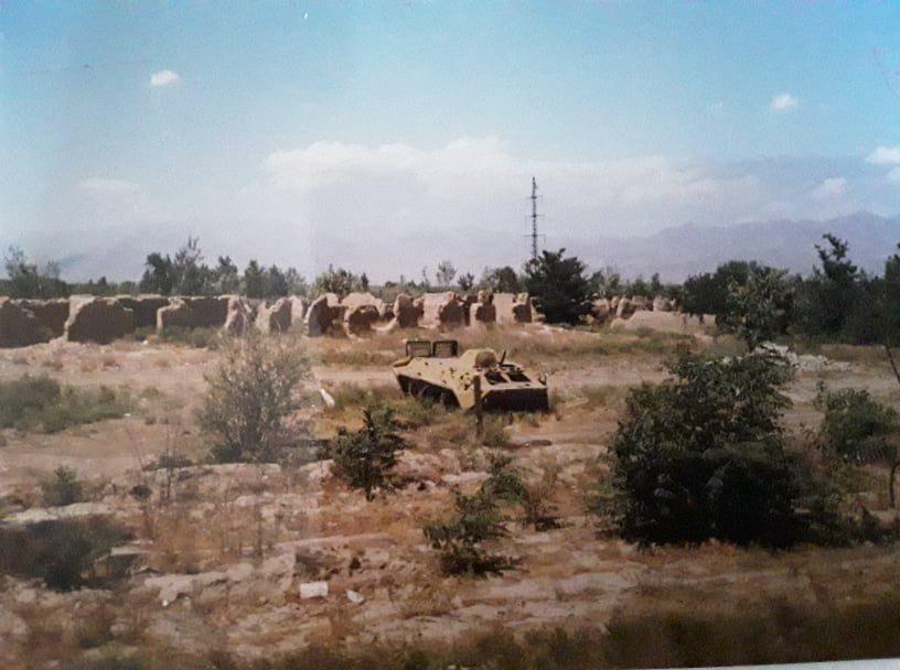 "Uta Paproth 2002 Afghanistan "" Tour nach Bagram zerschossener Panzer"""