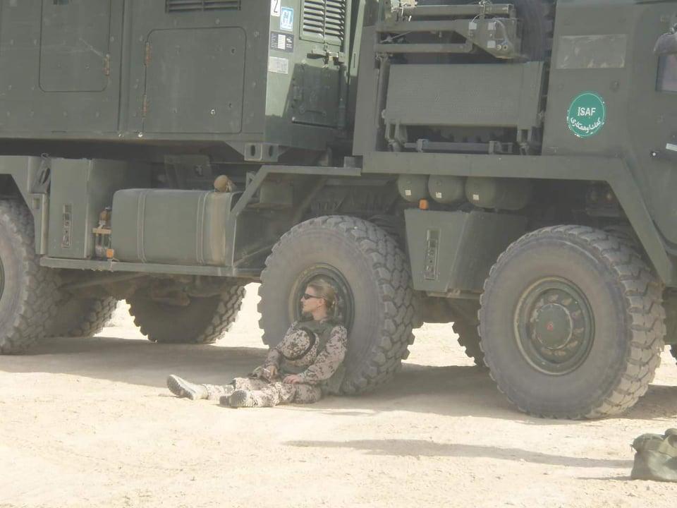 """Uta Paproth 2007 Afghanistan: """"Mazar, Schießpause,Schießplatz"""""""